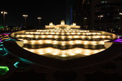 Nachtansicht von bunten Brunnen in Abu Dhabi, Vereinigte Arabische Emirate Stockfotografie