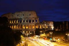Nachtansicht von Colosseum stockbilder