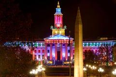 Nachtansicht von Denver City Hall und von Kriegs-Denkmal Stockfotografie