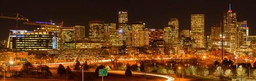 Nachtansicht von Denver Skyline Lizenzfreie Stockbilder