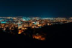 Nachtansicht von der Überhauptstadt von Georgia, Tiflis Straßenlaterne- und -hügel die Stadt umgebend Blauer Himmel - Bild stockfotografie