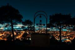 Nachtansicht von der Überhauptstadt von Georgia, Tiflis Straßenlaterne- und -hügel die Stadt umgebend Kreuz des blauen Himmels un stockbild