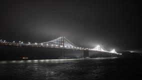 Nachtansicht von der Bucht nach San Francisco und von der Brücke von goldenem wroth stock video