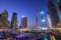 Nachtansicht von Dubai-Jachthafen lizenzfreies stockbild