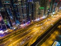 Nachtansicht von Dubai-Stadt mit Straßen, Wolkenkratzern und hellen Lichtern Stockbilder