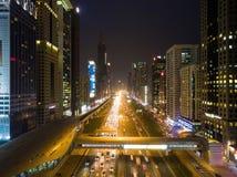 Nachtansicht von Dubai-Stadt mit Straßen, Wolkenkratzern und hellen Lichtern Stockfotos