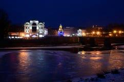 Nachtansicht von gefrorenem Uzh-Fluss, Uzhgorod, Winterzeit, Ukraine Stockfotografie