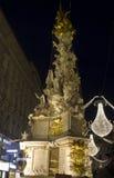 Nachtansicht von Graben-Straße in Wien während der Weihnachtszeit, mit Pestsaule-Denkmalspalte Stockfotos