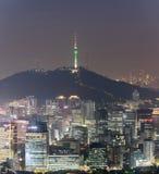 Nachtansicht von im Stadtzentrum gelegenem Stadtbild Seouls Stockfotos