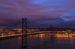 Nachtansicht von Lissabon und 25. von April Bridge Stockfotos