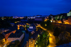 Nachtansicht von Luxemburg auf Alzette-Fluss Lizenzfreie Stockfotos