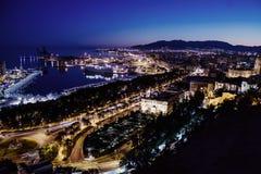 Nachtansicht von Màlaga-Hafen vom Schloss, Andalusien in Spanien stockfotografie