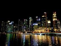 Nachtansicht von Marina Bay lizenzfreies stockbild