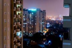 Nachtansicht von modernen Gebäuden in Noida lizenzfreie stockfotos