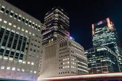 Nachtansicht von modernen Wolkenkratzern in Canary Wharf Stockbild