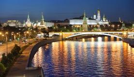 Nachtansicht von Moskau-Fluss, Damm, Brücke und Kreml Lizenzfreie Stockfotografie