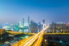 Nachtansicht von neuen Stadtskylinen Guangzhous Pearl River Stockfoto