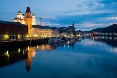 Nachtansicht von Passau, Deutschland stockbild