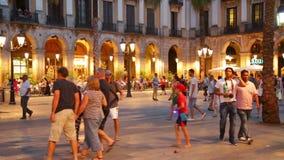Nachtansicht von Placa Reial mit Restaurants in Barcelona stock video footage