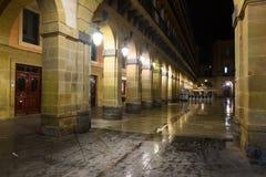 Nachtansicht von Plaza de la Constitucion Donostia Stockfotos