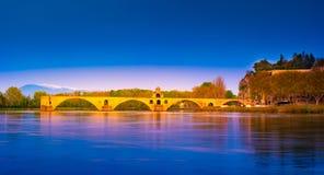 Nachtansicht von Pont d 'Avignon über Fluss Rhône, Frankreich stockfotografie