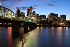 Nachtansicht von Portland, Oregon durch Fluss stockbilder