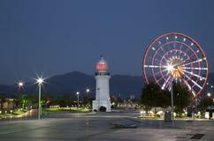 Nachtansicht von Riesenrad und von Leuchtturm in Batumi Lizenzfreies Stockfoto