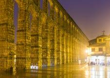 Nachtansicht von Roman Aqueduct von Segovia Stockfotografie