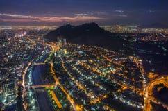Nachtansicht von Santiago de Chile in Richtung zum Oststadtteil, den Mapocho-Fluss und das Providencia und das Las Condes zeigend Stockfotografie