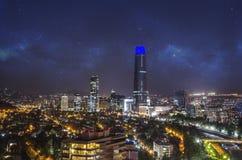 Nachtansicht von Santiago de Chile in Richtung zum Oststadtteil, den Mapocho-Fluss und das Providencia und das Las Condes zeigend Lizenzfreies Stockfoto