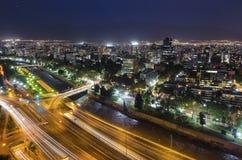 Nachtansicht von Santiago de Chile in Richtung zum Oststadtteil, den Mapocho-Fluss und das Providencia und das Las Condes zeigend Stockbild
