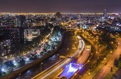 Nachtansicht von Santiago de Chile in Richtung zum Oststadtteil, den Mapocho-Fluss und das Providencia und das Las Condes zeigend Stockfotos