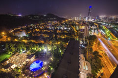 Nachtansicht von Santiago de Chile in Richtung zum Oststadtteil, den Mapocho-Fluss und das Providencia und das Las Condes zeigend Lizenzfreie Stockfotos