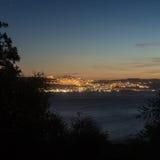 Nachtansicht von Tiberias vom gegenüberliegenden Ufer von Kinneret See Lizenzfreies Stockbild