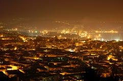 Nachtansicht von Triests Skylinen Stockbilder