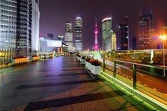 Nachtansicht von Wolkenkratzern und von Jahrhundert-Allee in Shanghai, China Lizenzfreie Stockfotos