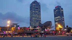 Nachtansicht von Wolkenkratzern und Somorrostro setzen - Mitte des Nachtlebens in Barcelona auf den Strand stock video