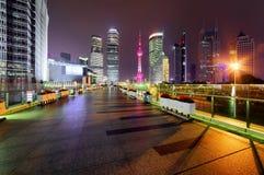 Nachtansicht von Wolkenkratzern und von Jahrhundert-Allee, Shanghai, China Lizenzfreie Stockfotos