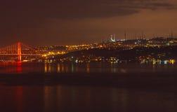 Nachtansicht zu Bosphorus-Brücke und zu Camlica Cami stockfotos