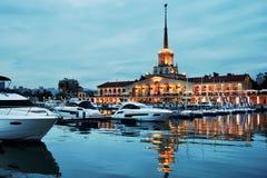 Nachtansicht zu großartigem Jachthafen Sochis Lizenzfreie Stockfotos