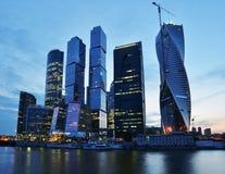 Nachtansicht zu Moskau-Stadt Lizenzfreie Stockfotos