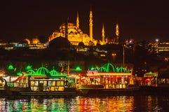 Nachtansicht zu Suleymaniye Cami, von Galata-Brücke, Istanbul stockbilder