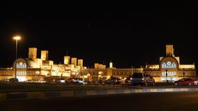 Nachtansicht zu zentralem Souk bei Scharjah Vereinigte Arabische Emirate Autos überschreiten vorbei mit Lichtern Belichtetes Gebä stock footage