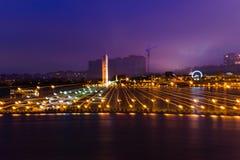 Nachtansicht zum Damm Stockfotografie