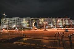 Nachtansicht zum Haus von Ministerien mit Werbung für den 9. Mai in Astana, Kasachstan stockbild