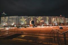 Nachtansicht zum Haus von Ministerien mit Werbung für den 9. Mai in Astana, Kasachstan lizenzfreie stockbilder