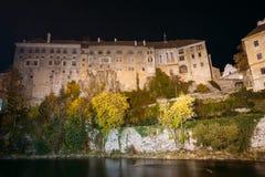 Nachtansicht zum Schloss in Cesky Krumlov, tschechisch Stockfotografie