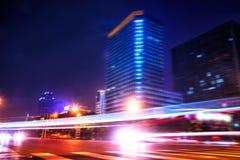 Nachtansichtverkehr im Stadtzentrum Lizenzfreie Stockbilder