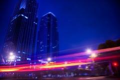 Nachtansichtverkehr im Stadtzentrum Stockbild