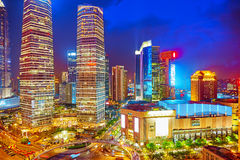 Nachtansichtwolkenkratzer, Stadtgebäude von Pudong, Shanghai, China Lizenzfreie Stockbilder